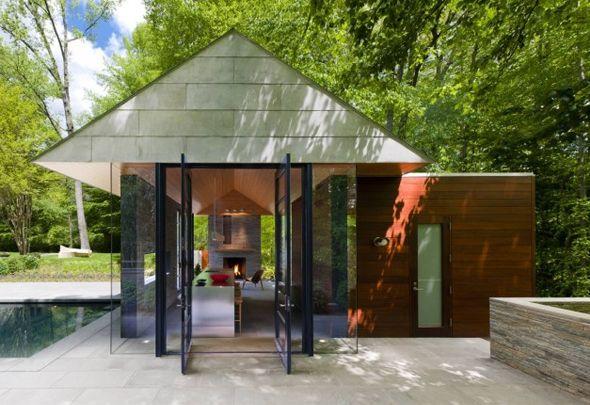 Située en proche banlieue, la maison a l'avantage d'être placée à côté d'une zone boisée et d'être entourée d'un immense jardin, ayant permis la construction d'une piscine et d'un pavillon. Ce dernier est destiné à être utilisé toute l'année, au coin du feu l'hiver et à l'ombre de son toit l'été.