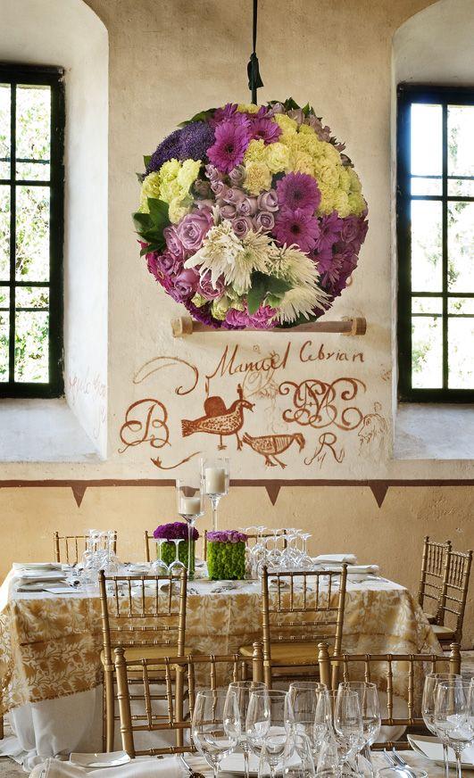 Esferas florales colgando sobre las mesas  · Flores y decoración, Mar de Flores #flores #flowers #decoration #weddings #bodas #spain