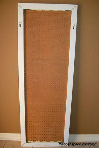 Use um painel perfurado para tirar os seus produtos de limpeza do chão.