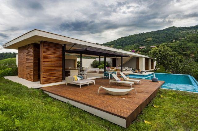 Traumhaus modern holz  ebenerdiges haus modern holz terrasse pool sonnenliegen | Haus ...