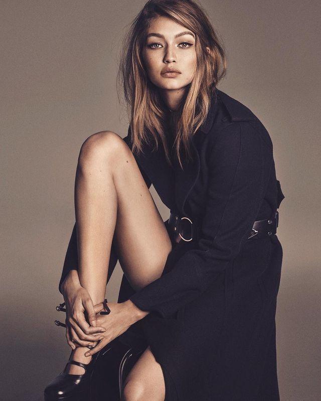 c39be32b6e6c Gigi wearing a black trench coat // model | Poses | Fashion ...