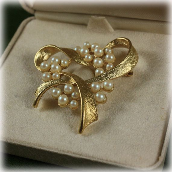 9d466be2d55 Vintage Designer Richelieu Faux Pearl and Gold Tone Brooch With Original  Box Heart #richelieu #vintagejewelry