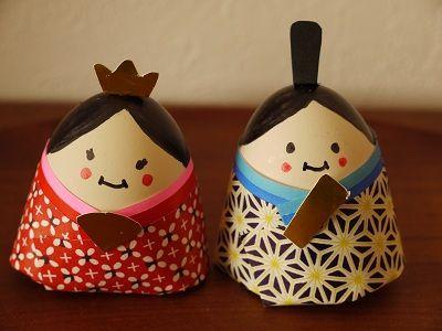 児童館の親子サークルで、卵の殻を使ってお雛様を作りましたお顔を書いて折り紙を巻くだけの簡単工作☆彡気に入ったので、木製パズルのお雛様 の隣に飾ってあります♫.