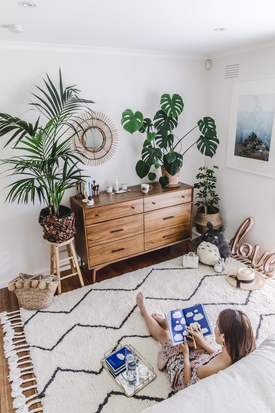 25 Mid Century Bedroom Design Ideas: These 10 Bedroom Rug Ideas Will Give Your Floorboards A