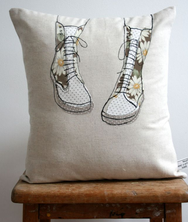 Applique shoe Cushion. me gusta la idea de que no coincida la tela con las costuras