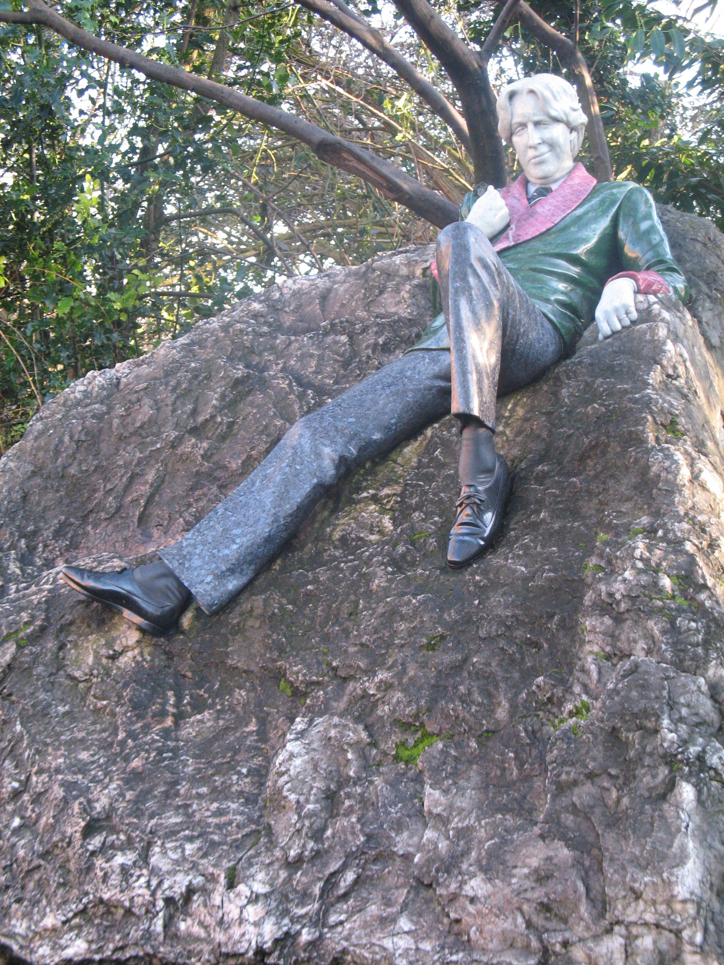 Het bijzondere beeld uit 1997 van Oscar Wilde op de hoek van het park aan Merrion Square. Tegenover het huis waarin hij woonde in zijn jeugd (geboren in 1854). De Dublinners met een voorliefde voor bijnamen doopten het beeld om in 'The Fag on the Crag´ (= De nicht op de rots). Oscar Wilde studeerde klassieke talen aan het Trinity College in Dublin, van 1871 tot 1874. Hij was een briljante student, en sleepte aan het Trinity de felbegeerde Berkeley Gold Medal in de wacht.