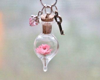 Flor rosa pálido terrario collar naturaleza por teenytinyplanet