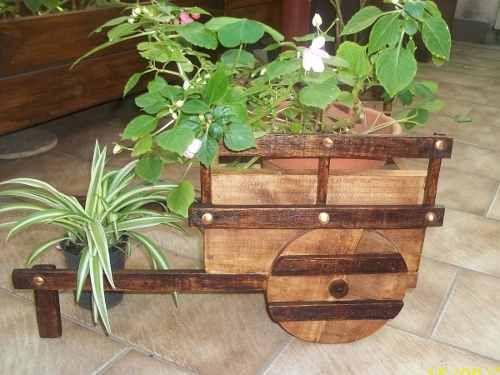 carretilla porta macetas macetero de madera jardin y flores