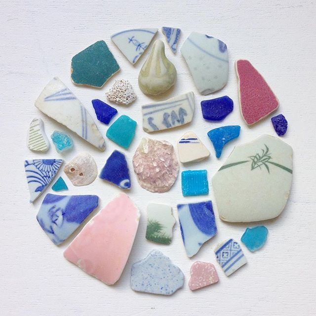 Look at these beautiful pieces of sea glass, pottery & shell that the lovely jubbly @bettyshek gave to me, collected from the shores of Hong Kong. I love the colours of the sea glass, stunning shades of turquoise and hues of blue milk glass, and the pretty patterns on the pottery. Betty told me she collected these pieces along a stretch of beach where there are an abundance of restaurants, so I would like to think many of these were eaten off by happy diners before (for whatever reason)…