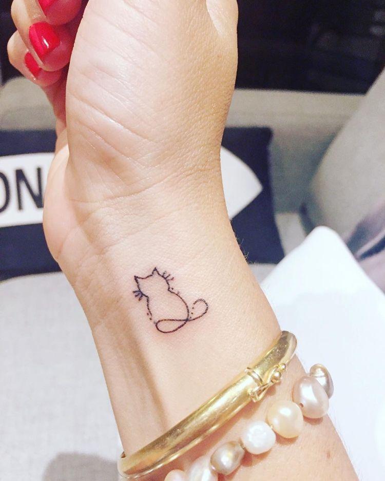 kleine Tätowierung Katze Handgelenk Frau Unendlichkeitszeichen #minitattoos