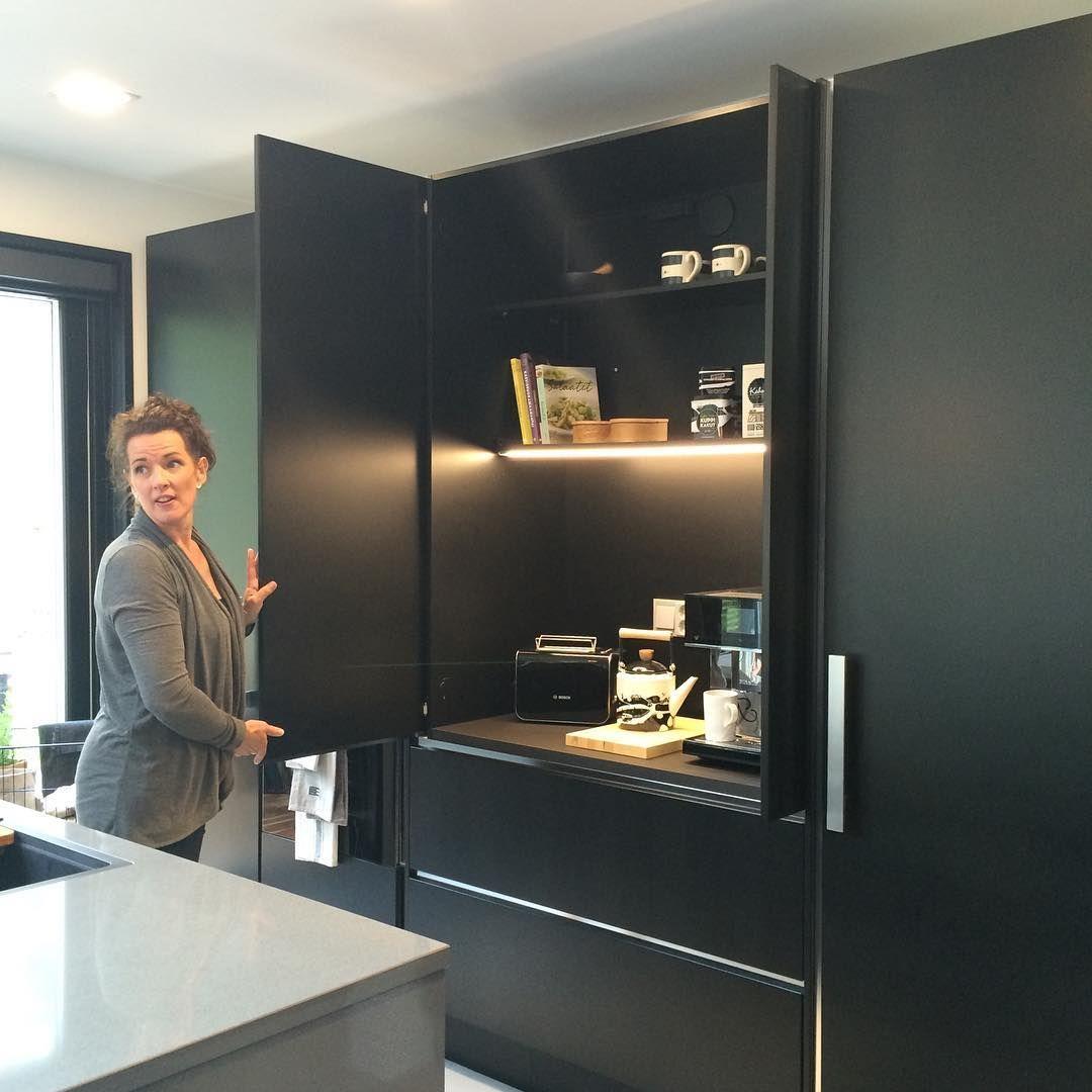Bild Moderne Küche: Bild Könnte Enthalten: 1 Person