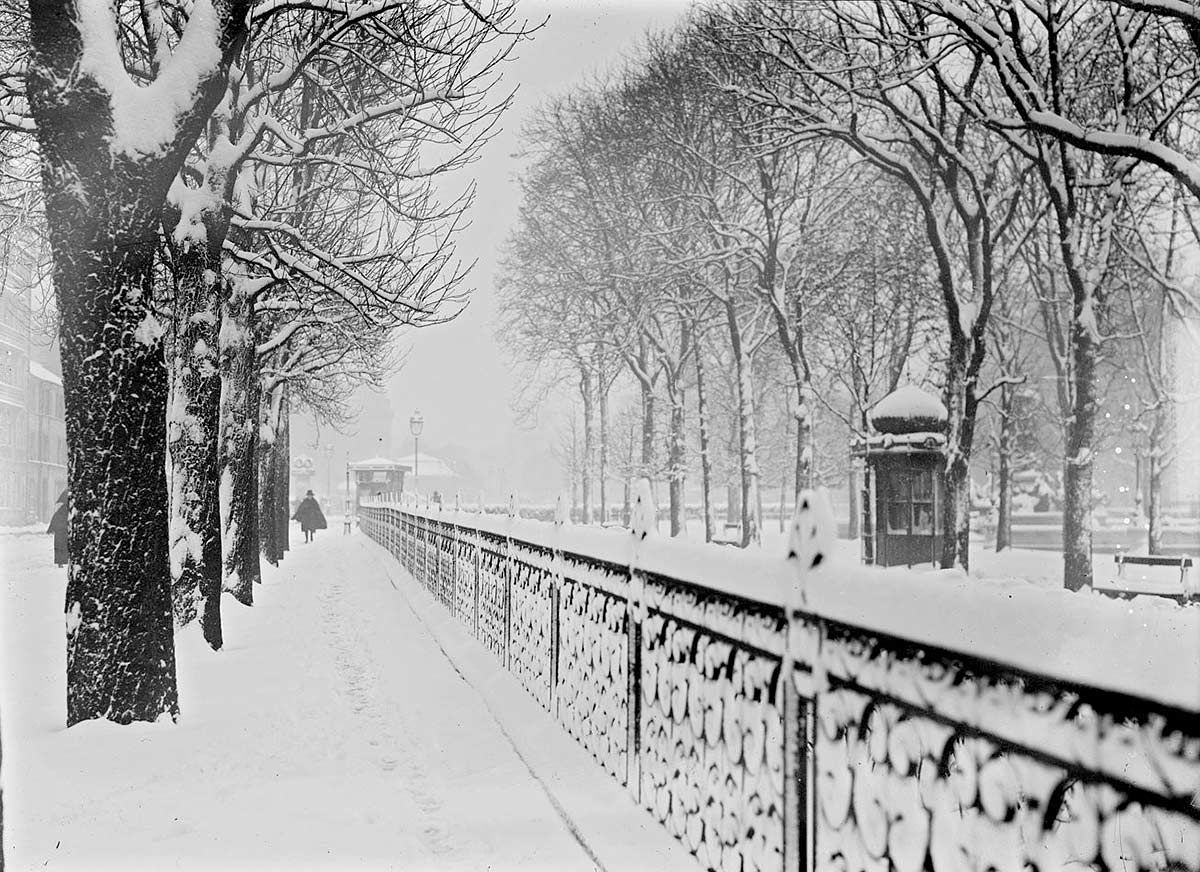 paris sous la neige en 1919 photo vintage noir et blanc paris les plus belles photos de paris. Black Bedroom Furniture Sets. Home Design Ideas