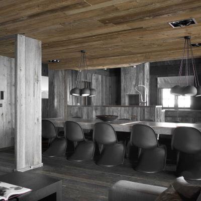 Riktig bruk av materialer, innslag av designklassikere og en sprakende peis gjør denne svære hytta i Alpene både intim og hjemmekoselig.