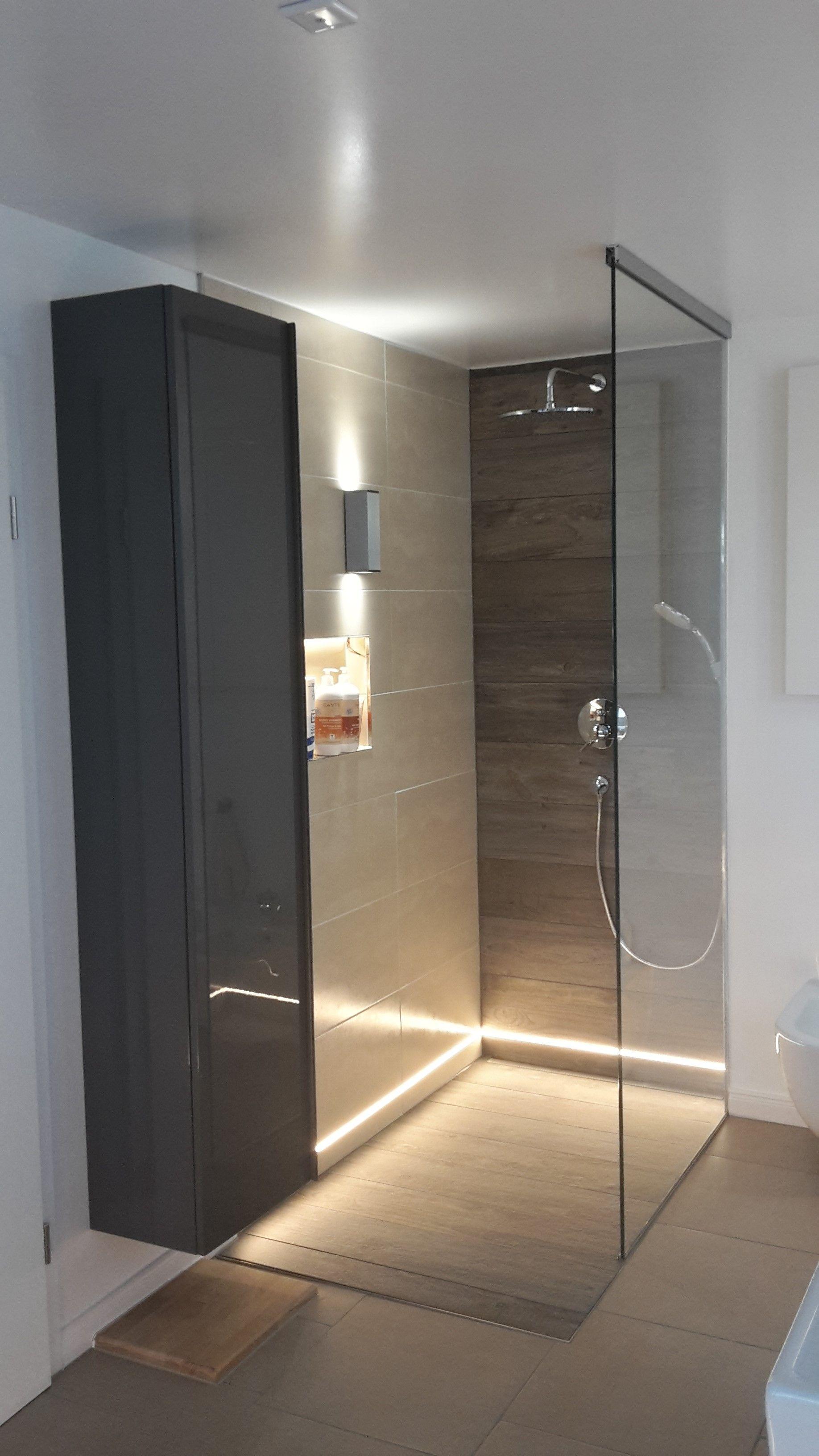 Begehbare Dusche Mit Warmweissen Led Streifen Ip65 Im Unteren Wandbereich Und Slv Theo Up Down Out Im Oberen Begehbare Dusche Dusche Beleuchtung Moderne Dusche