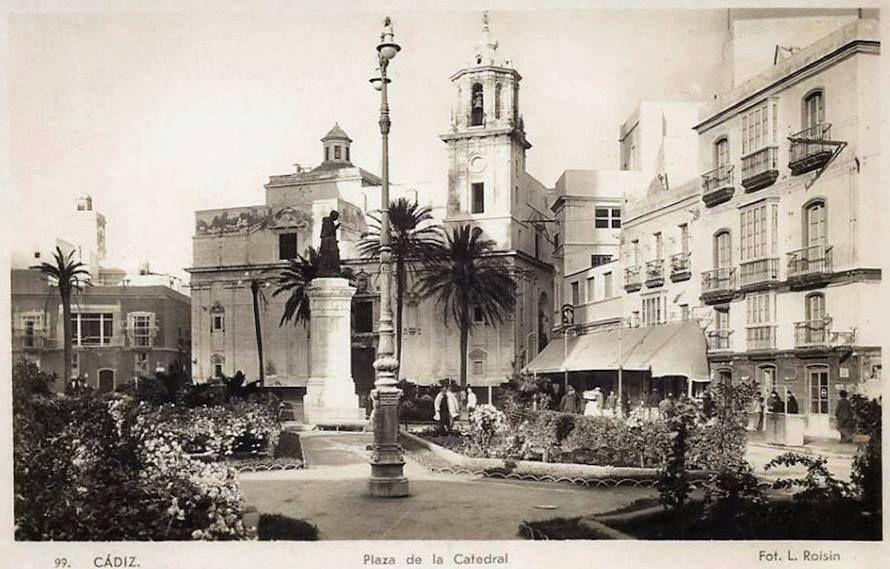 Espectacular Fotografía De La Plaza De La Catedral Con Sus Zonas Ajardinadas Viéndola Parece Un Decorado De Cine Por La Luz Y La Textur Cádiz Viajes Catedral
