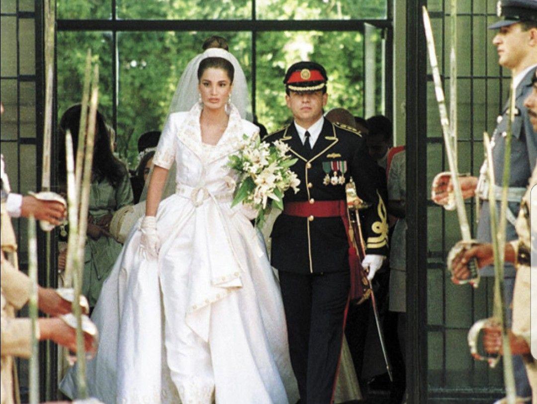 Mariage A Amman En Jordanie Le 10 Juin 1993 Du Prince Abdullah De Jordanie Et De Rania Al Yassin Royal Wedding Gowns Royal Weddings Wedding Gowns [ 813 x 1080 Pixel ]