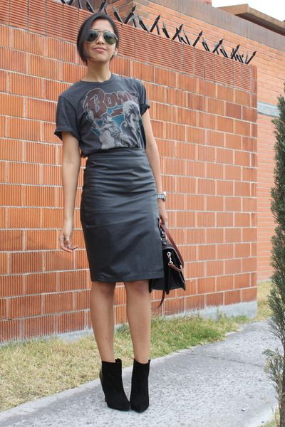 8e1eb3267e A t-shirt tucked into a leather pencil skirt. hell yea. Love a badass look!