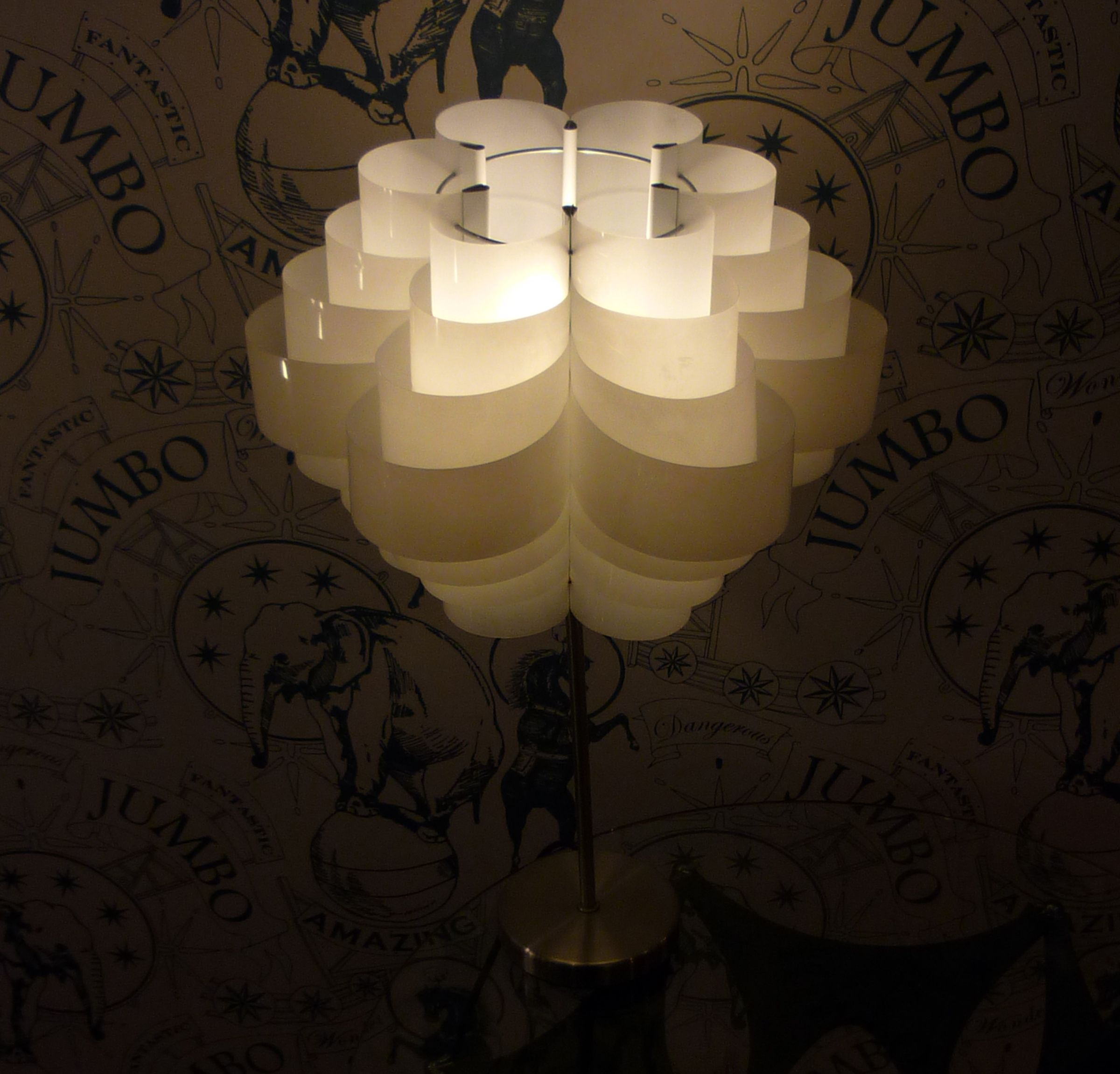 Sarah Turner é uma designer britânica conhecida por produzir obras ecológicas feitas a partir de materiais que iriam para o lixo. Uma de suas especialidades é a criação de luminárias de garrafas PET. Daisy é feita com 12 garrafas PET de dois litros. As garrafas foram cortadas em anéis de diferentes tamanhos, o que deu um ar retrô à luminária.