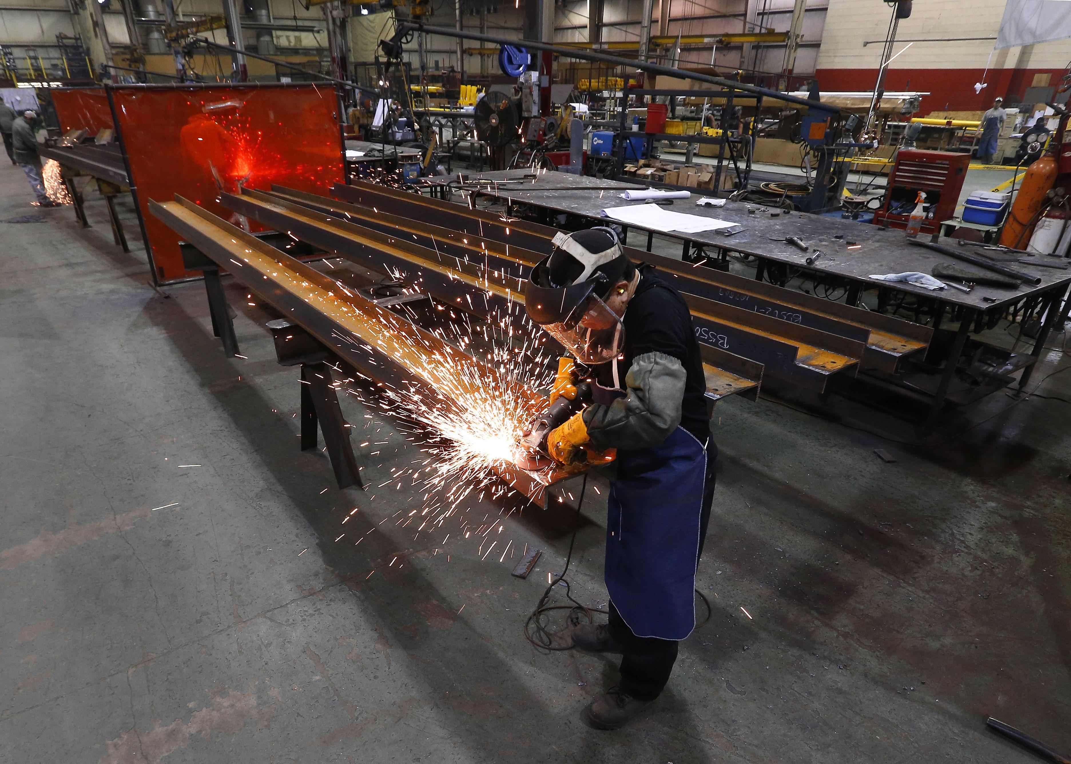 Незапосленост у Русији пала на 4,9%  Москва — Незапосленост у Русији у мају ове године пала је историјски минимум од 4,9 одсто, са 5,3 у априлу, објавила је руска агенција за статистику Рос стат. Претходни рекорд постављен је у августу 2012. године када је незапослено