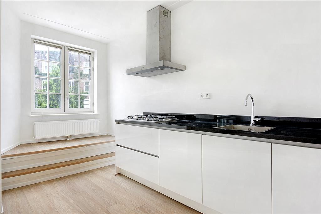 Ruysdaelstraat | Oud-Zuid | Amsterdam (stad)  Woonruimte te huur in Oud-Zuid Amsterdam. Vanaf 07-06-2017 komt er een Appartement beschikbaar! Het heeft een oppervlakte van 67m2 3 kamer(s) en 2 slaapkamer(s). Het zal Gestoffeerd opgeleverd worden. De huurprijs is 1.700- per maand (exclusief). De borgsom bedraagt 1.700-. Matchen jouw woonwensen met deze woonruimte?  EUR 1700.00  Meer informatie