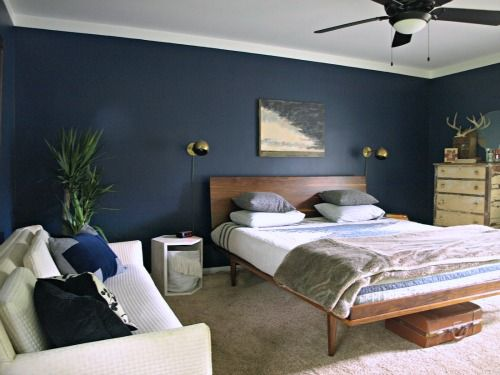 Camera Da Letto Blu Cobalto : Dark blue wall and incredible platform bed paint is starless