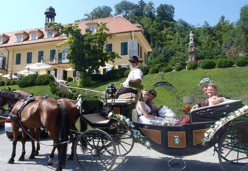 Eine Elegante Pferdekutsche Fur Die Perfekte Anreise Zur Hochzeitsfeier Zu Finden Unter Http Jagamuehle At Hochzeit Kutsche Hochzeitskutsche Hochzeit Auto