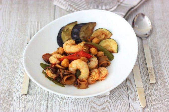 Gambas al curry con calamares y garbanzos:http://www.cocinillas.es/2015/04/gambas-al-curry-con-garbanzos/