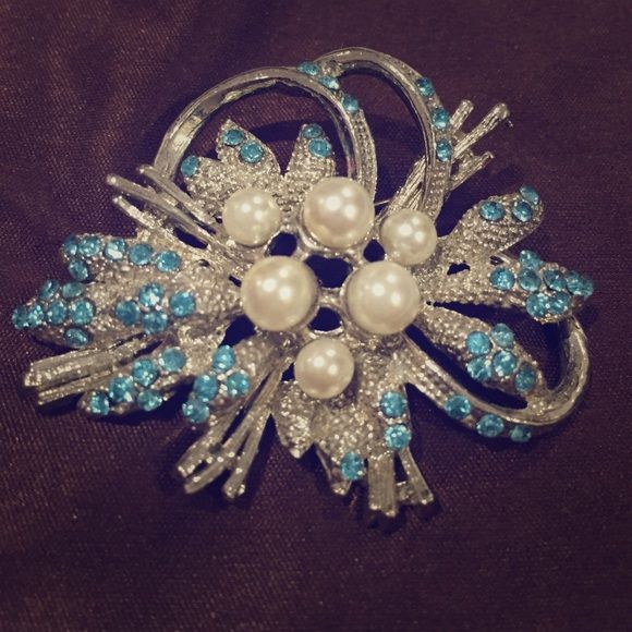 Beautiful Vintage Broach! Gorgeous piece! Can class up any outfit or use to jazz up bathing suit top. Jewelry Brooches