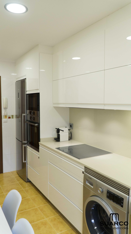 Cocina blanca sin tiradores de 9m2 amueblamiento lineal en recto cocinas suarco cocinas - Cocina blanca sin tiradores ...
