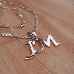 81b749a7abc4 Collar Iniciales Hombre. Encuentra este Pin y muchos más en Dijes joyería  ...