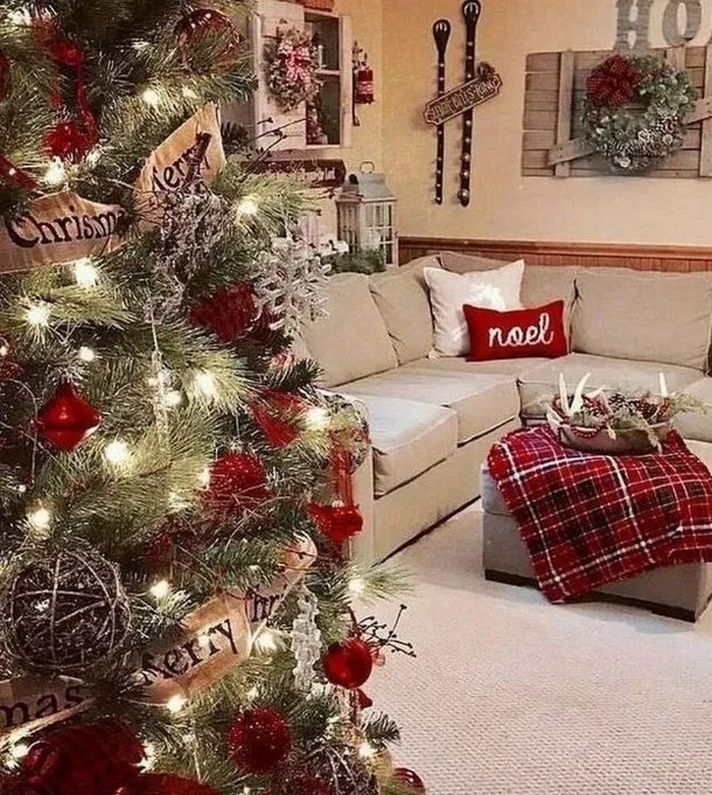 31 Beautiful Christmas Living Room Decor Ideas You Should Copy Now In 2020 Farmhouse Christmas Decor Christmas Interiors Christmas Decorations Living Room