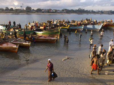 People on Shore Near Fishing Boats, Dar Es Salaam, Tanzania Photographie par Ariadne Van Zandbergen sur AllPosters.fr
