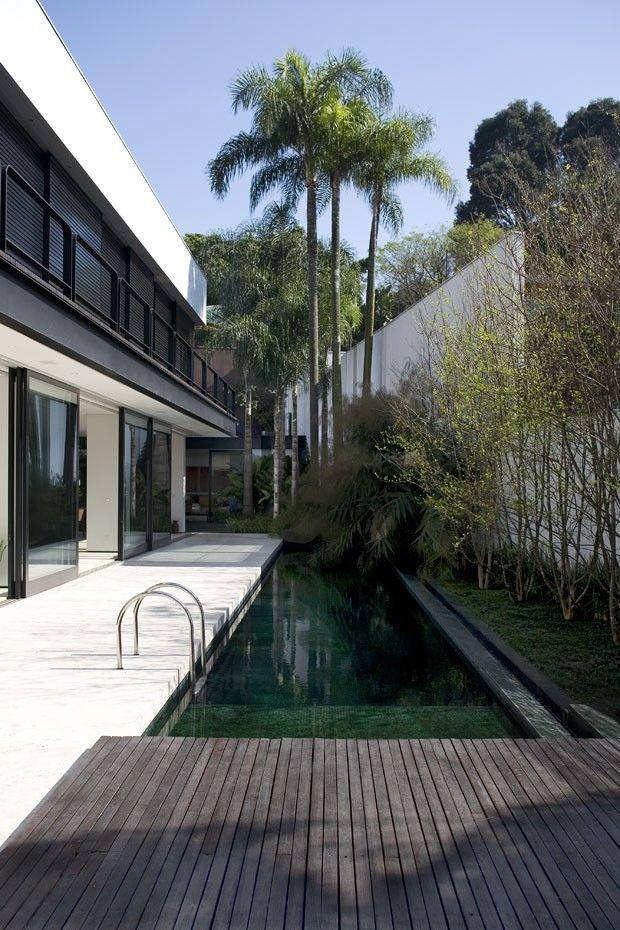Uma casa minimalista integrada natureza em plena for Casa minimalista harborview hills