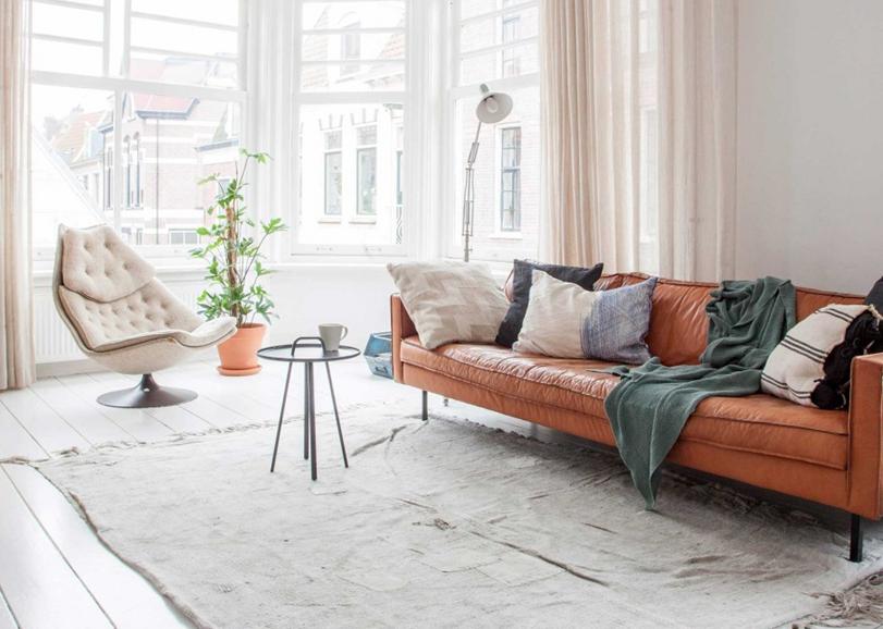 Shop the look: cognackleurige bank in een wit interieur   Pinterest