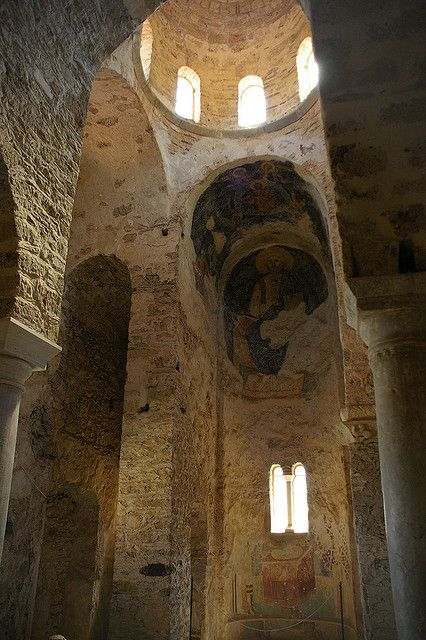 Old church in the ruins of Mystra / Flickr