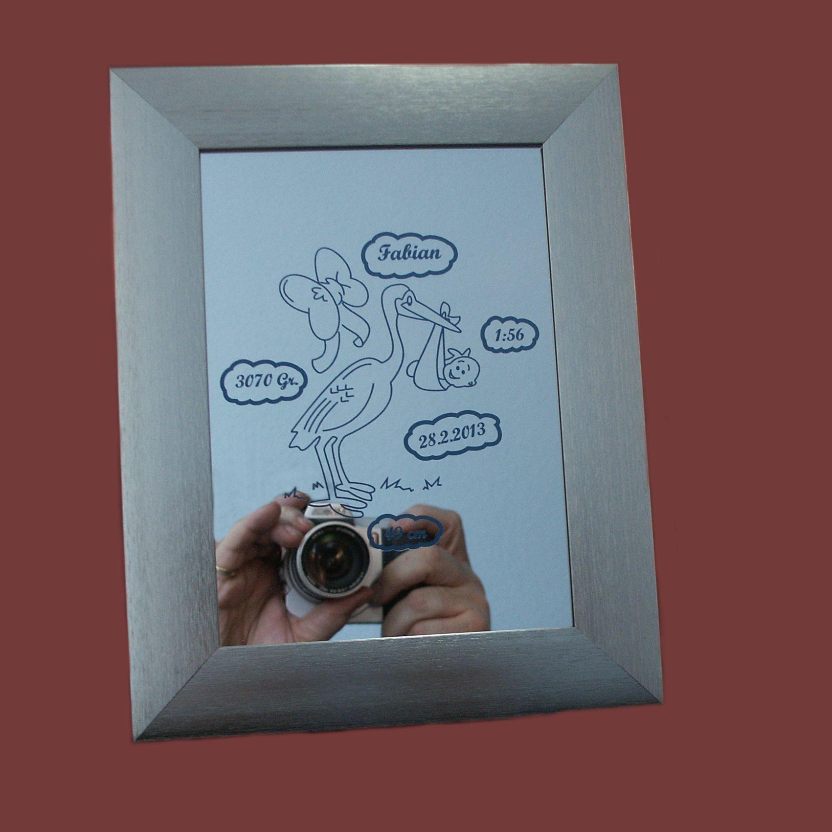 Ein Spiegel mit den Geburtsdaten des Jungen.