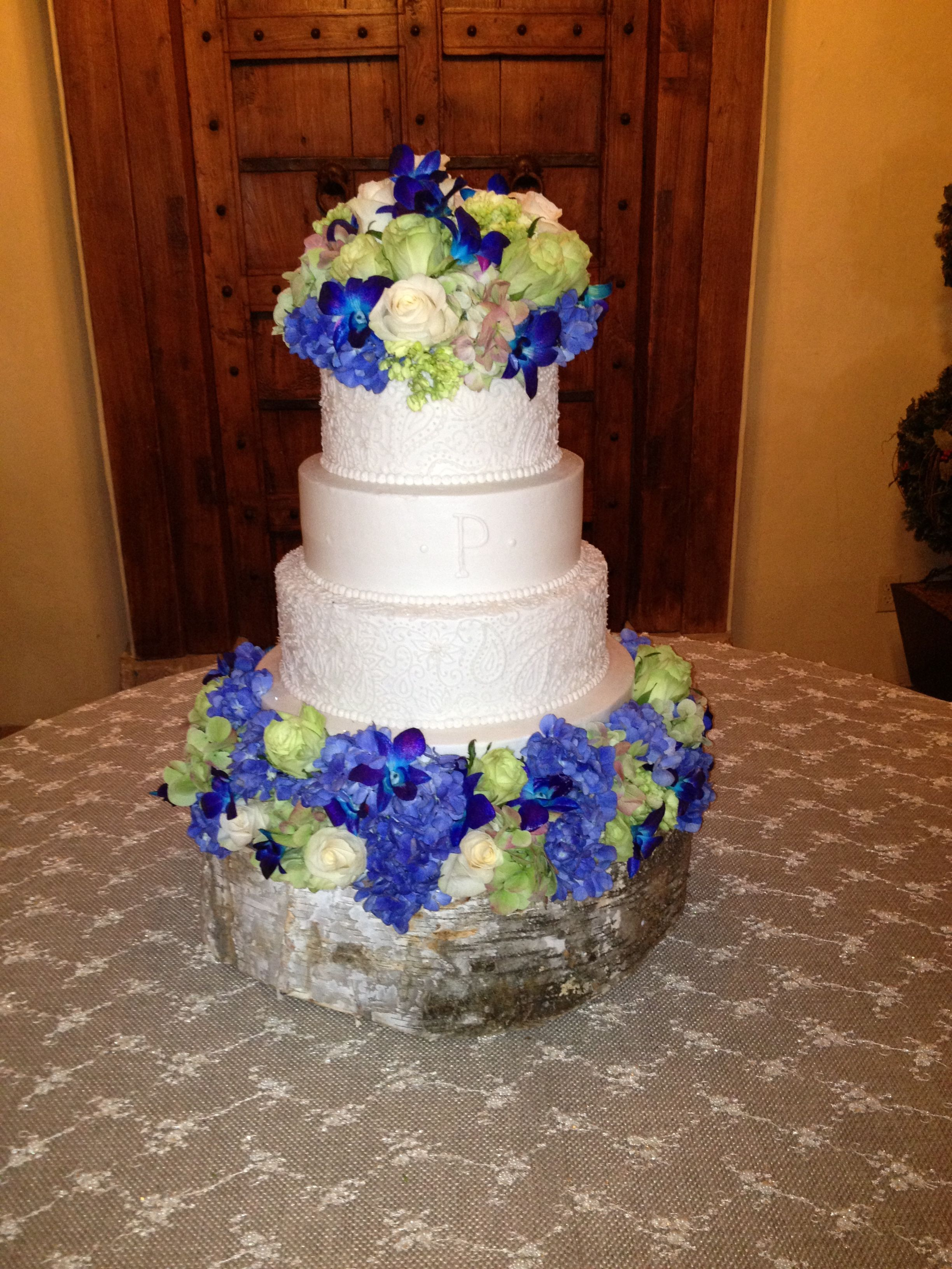 fabulous wedding cake stands the flowers and tree trunk stand such a fabulous 3965