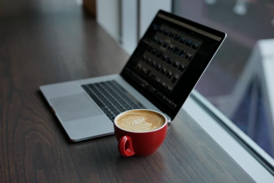 потом ноутбук кофе фото территории кафе