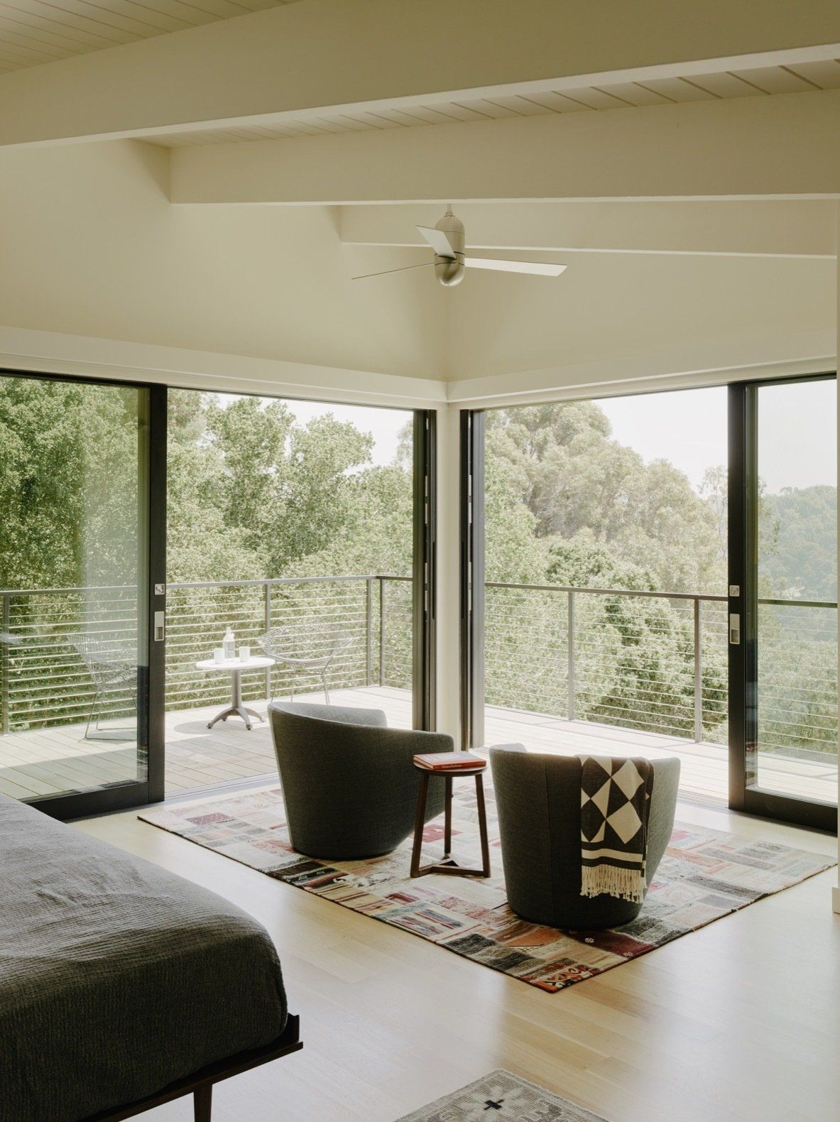 Photo 9 Of 22 In A Tree House Like Midcentury Home Peeks Above The Roof Design Architecture Design House Roof