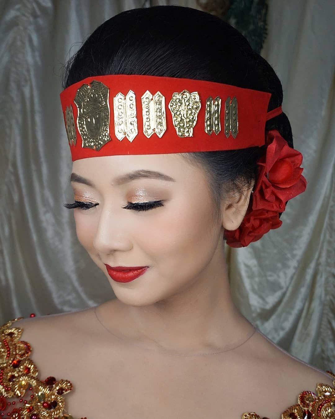 Pengantin Batak Toba Indirasaras Make Up Npumakeup Hair Do Kebaya Mamiemanten Studio Shafana Studio Photographer Mamie Photo In 2020 Fashion Crown Jewelry Crown
