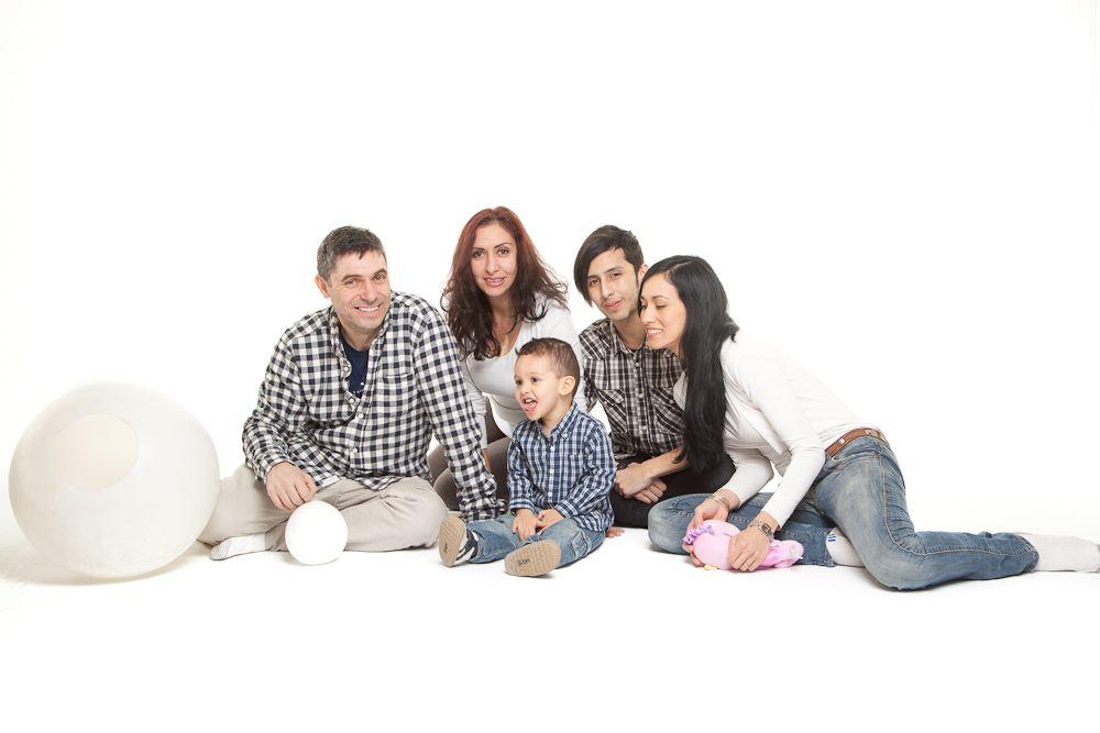 niño con su familia
