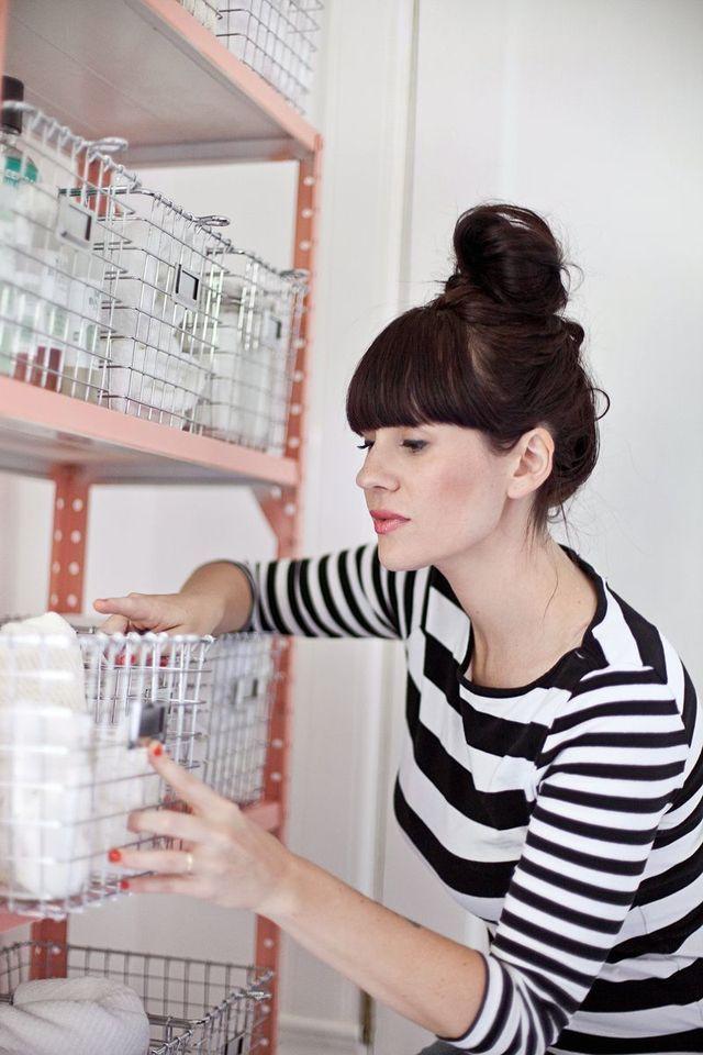 Armário de lata reformado que virou organizador de coisas higiene