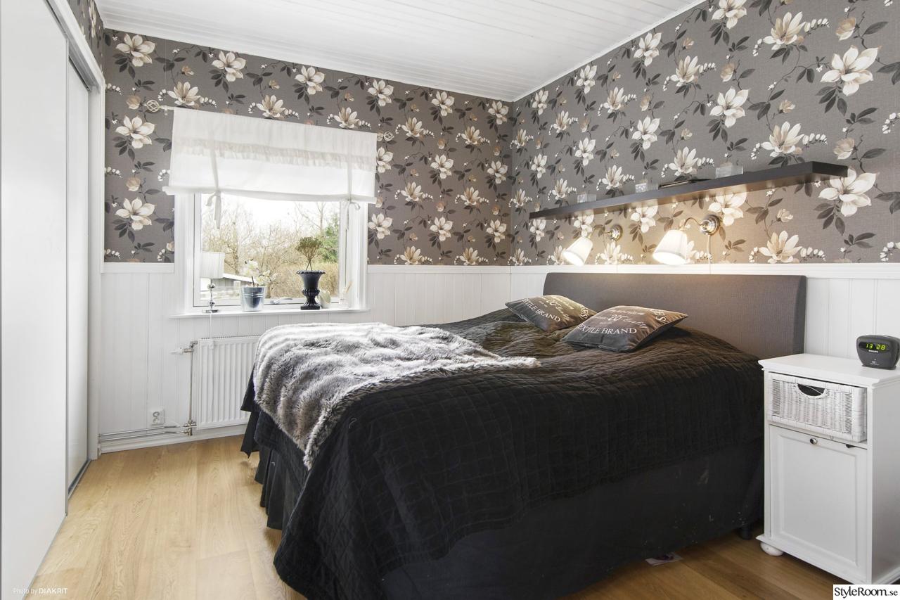 blommig tapet,pärlspont,överkast mio,päls,sovrum Ideas for bedrooms Pinterest Blommig