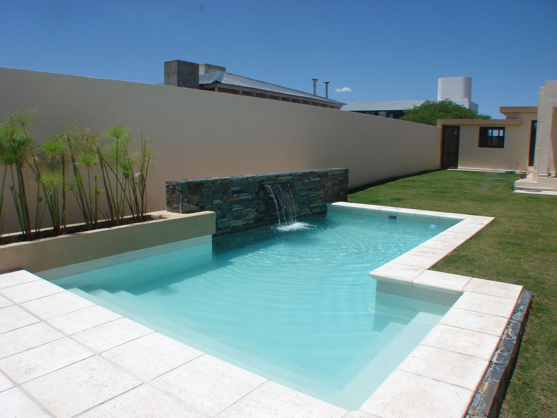 Piscina familiar muro revestimiento en piedra lengua - Diseno de piscinas modernas ...