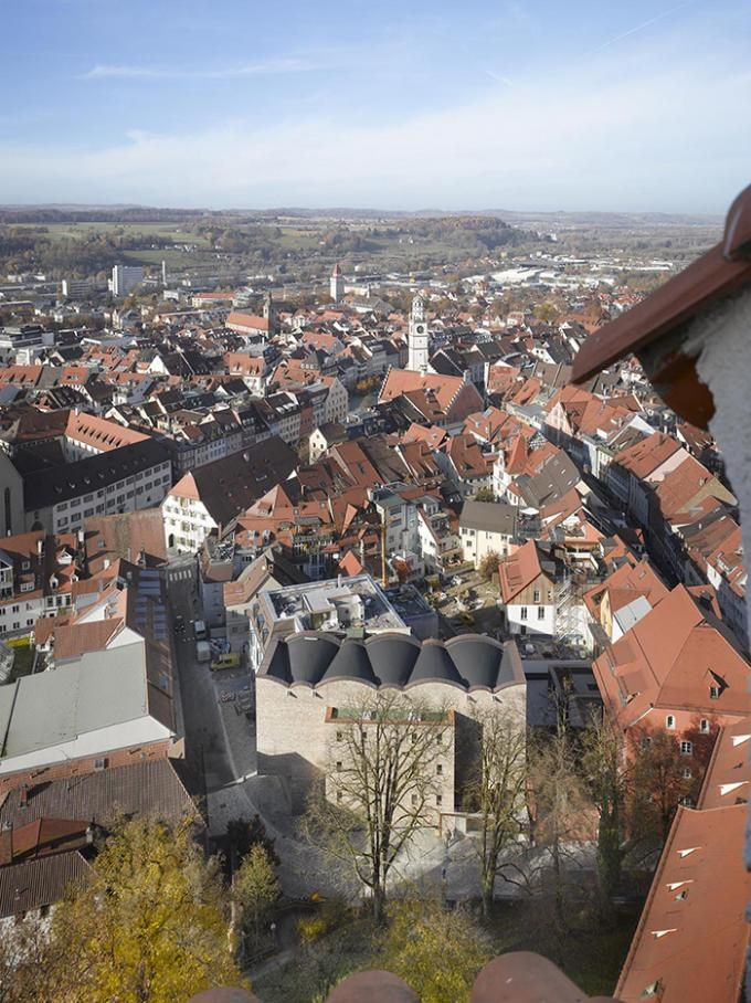 Vista de pajaro del Museo de Arte en Ravenbsurg por Lederer, Ragnarsdóttir y Oei. Fotografía © Roland Halbe. Señala encima de la imagen para verla más grande.