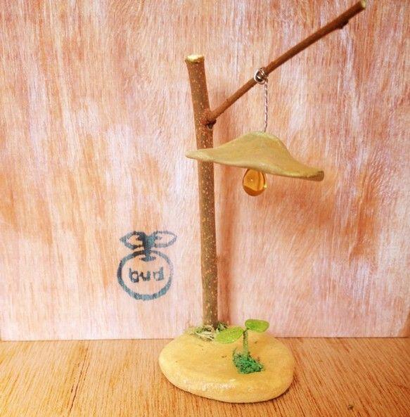 粘土でつくったランプです。いろんな場所に飾ってください。木の枝に粘土でつくったランプをくくり付けて双葉を照らしているようにしました。電球はビーズでみたててみま...|ハンドメイド、手作り、手仕事品の通販・販売・購入ならCreema。