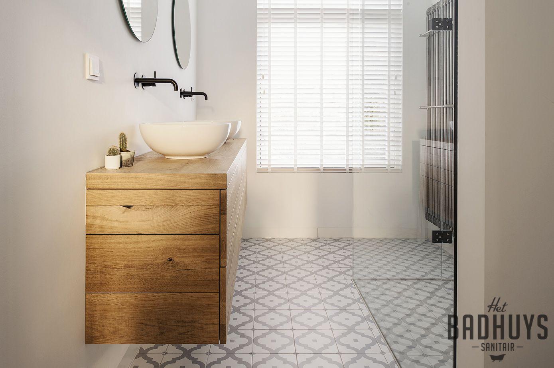 Eigentijdse badkamer met patroontegels en zwarte kranen het