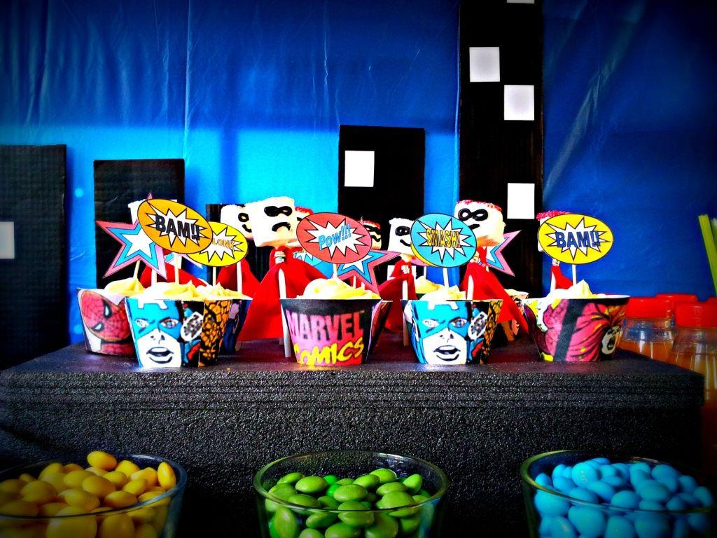 Superhero pop art party table decoration 3 1024x768 diy for Decoration chambre super heros