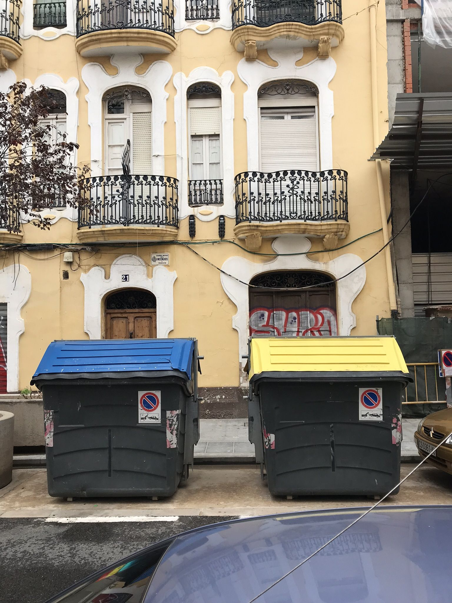 Contenedores azul y amarillo en la calle Buenos Aires, en