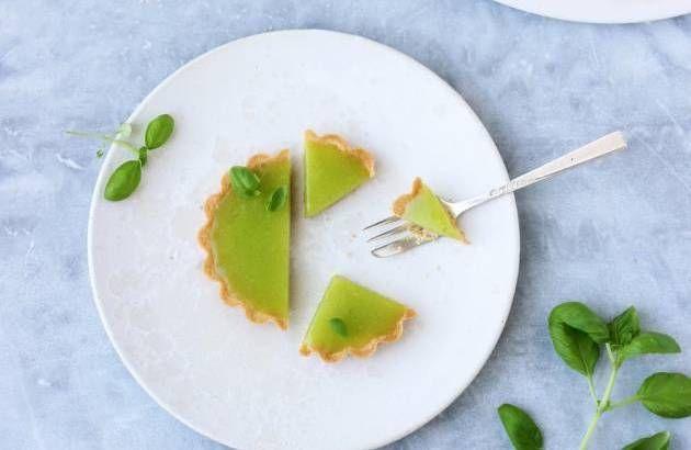 HIMMELSK. Mødet mellem gavmilde mængder lime og en håndfuld basilikumblade er magisk - og sender disse små tærter helt til tops! - Foto: Maja Vase